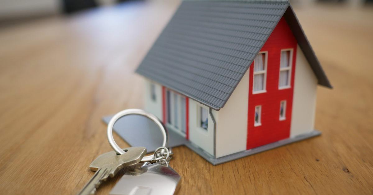 Set of keys with miniature model of house on keyring